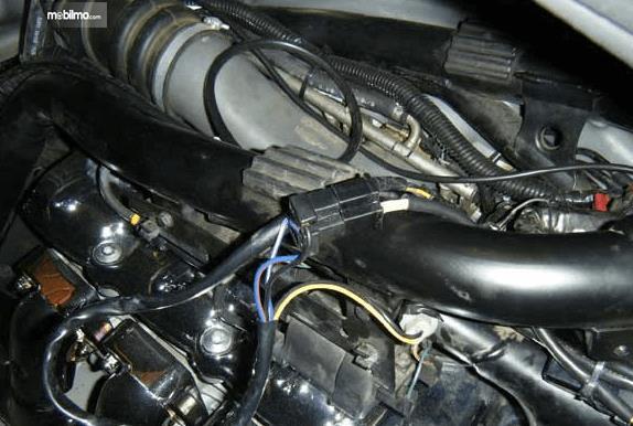 Gambar ini menunjukkan sistem kelistrikan pada mesin mobil