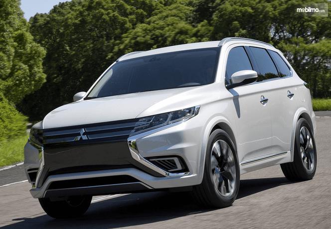Gambar ini menunjukkan mobil Mitsubishi Outlander Edisi Plug-in Hybrid warna putih tampak depan
