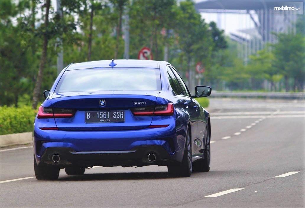 Foto BMW Seri 3 terbaru tampak dari arah belakang, menarik dan keren