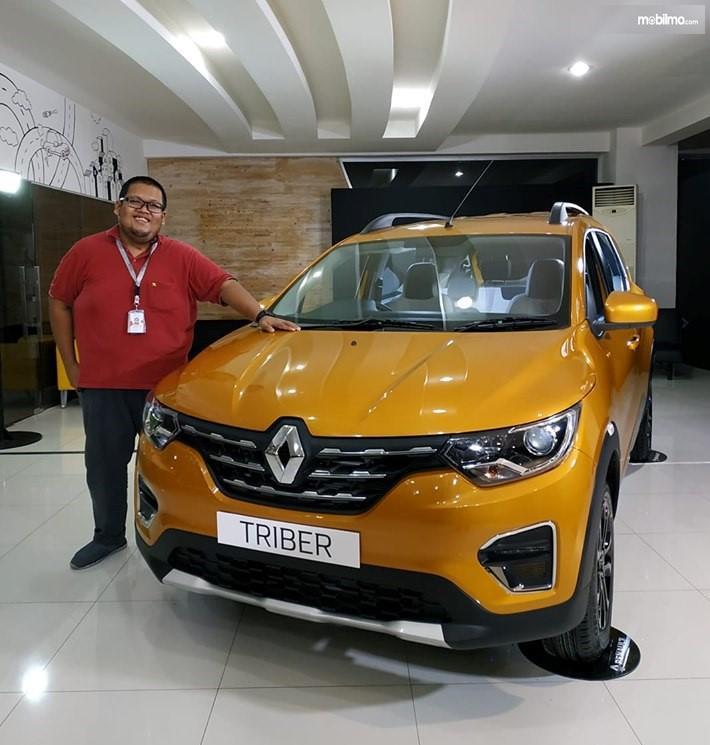 Foto menunjukkan Renault Triber warna keemasan saat diperkenalkan ke media di diler Renault Bintaro