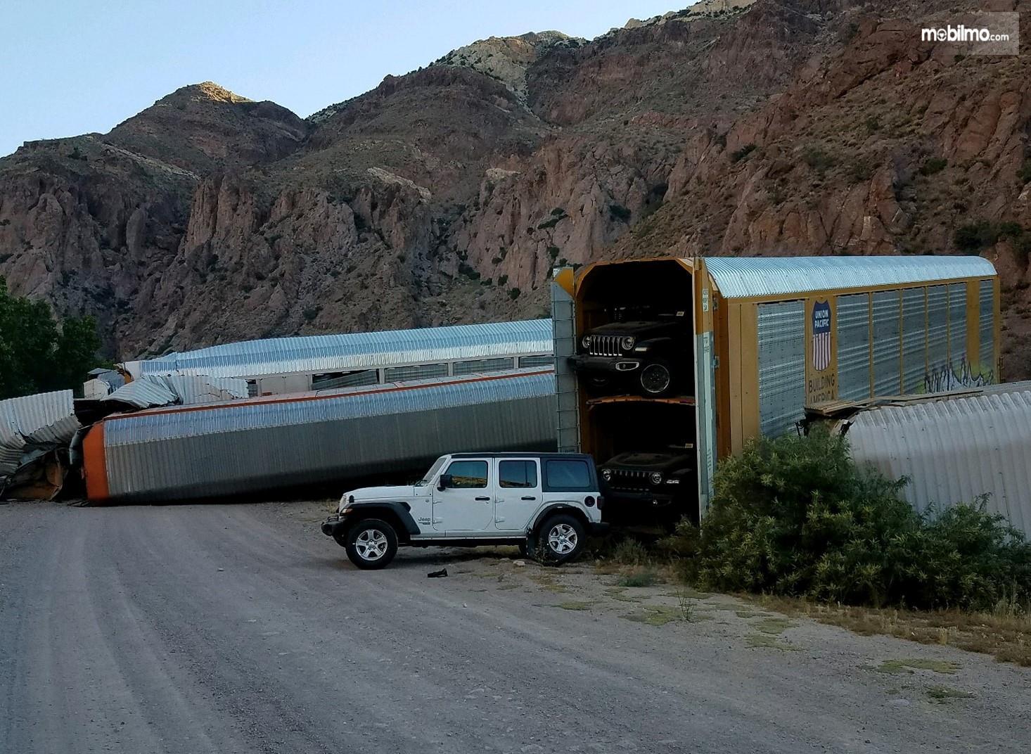 Foto menunjukkan sejumlah mobil mahal rusak parah dalam peristiwa kecelakaan kereta api di Nevada Amerika Serikat