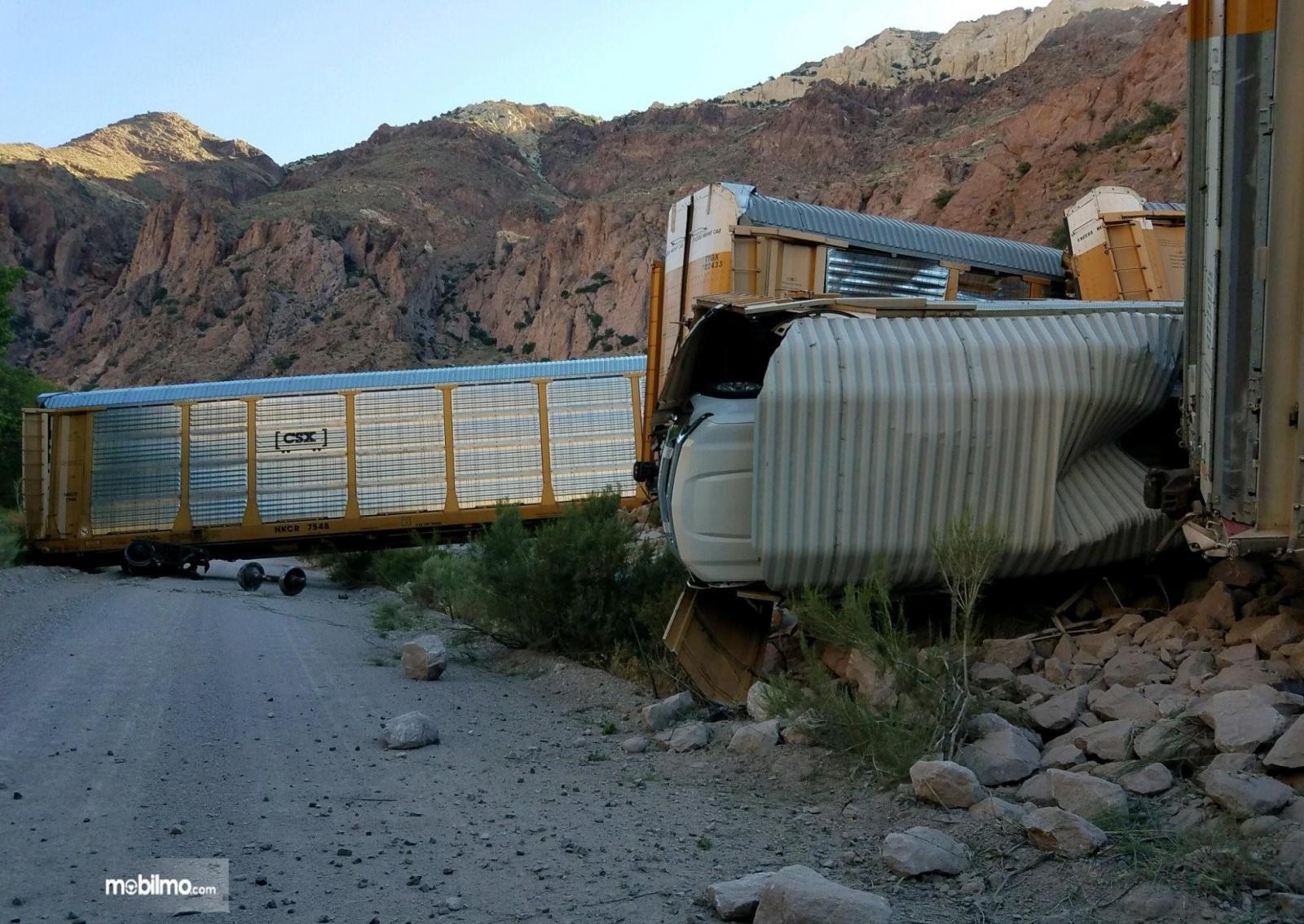 Foto sejumlah gerbong keluar jalur dalam peristiwa Kecelakaan Kereta Api di Nevada Amerika Serikat