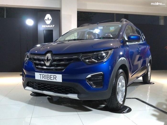 Foto menunjukkan Renault Triber tampak dari samping depan