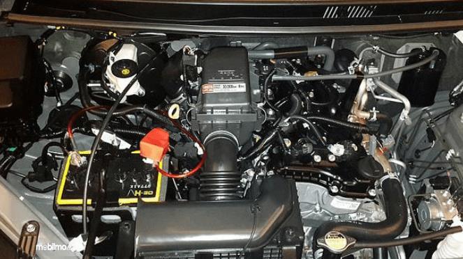 Gambar ini menunjukkan mesin mobil dalam kondisi bersih