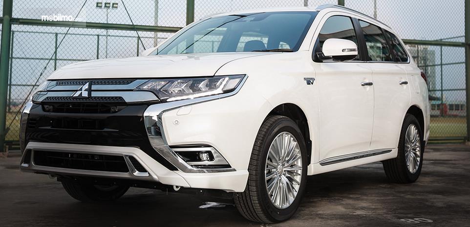 Gambar ini menunjukkan mobil Mitsubishi Plug-in Hybrid Electric Car (PHEV) warna putih