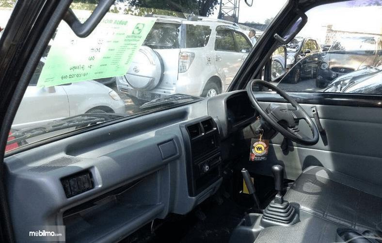 Gambar ini menunjukkan interior mobil Mitsubishi Colt T120SS 2017 tampak dashboard dan kemudi
