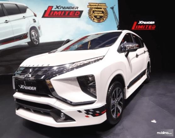 Gambar ini menunjukkan mobil Mitsubishi Xpander Limited Edition warna putih tampak bagian depan