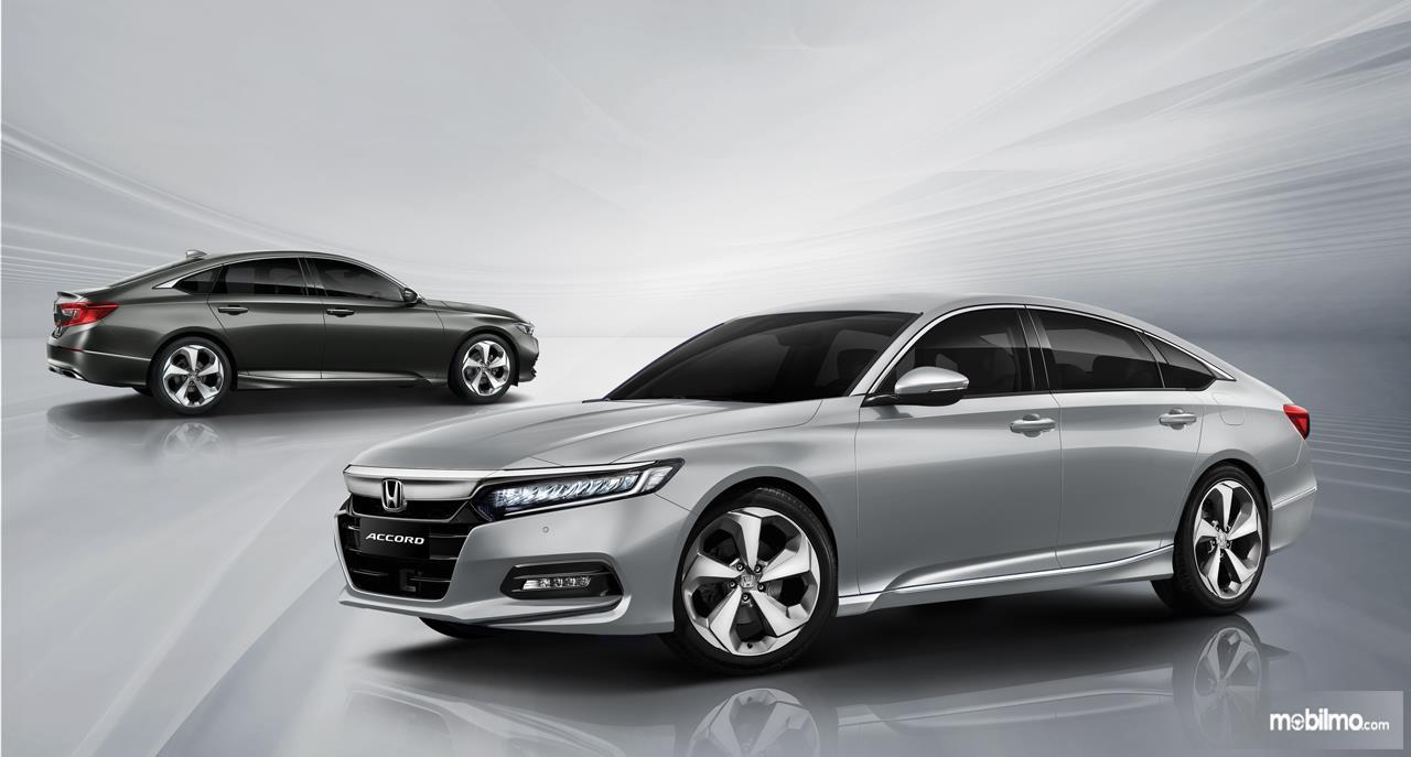 Foto menunjukkan All New Honda Accord tampak samping depan dan belakang