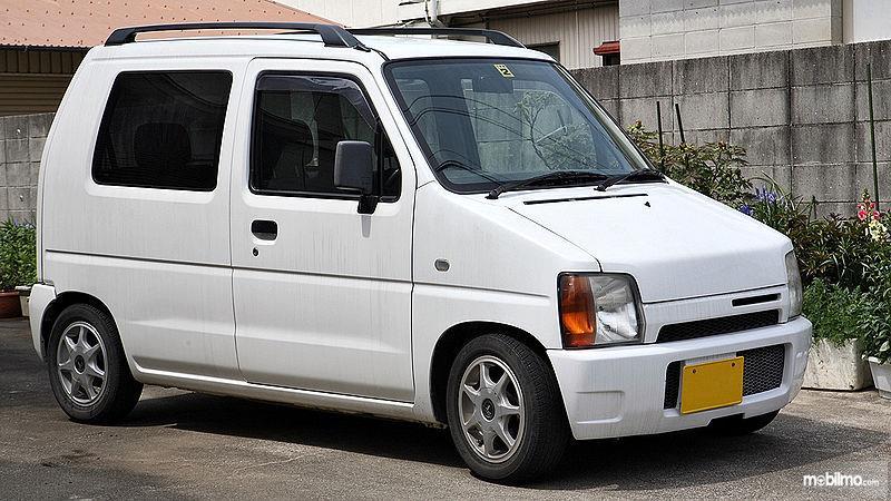 Foto menunjukkan Suzuki Wagon R - Generasi Pertama yang diproduksi di Jepang tahun 1993