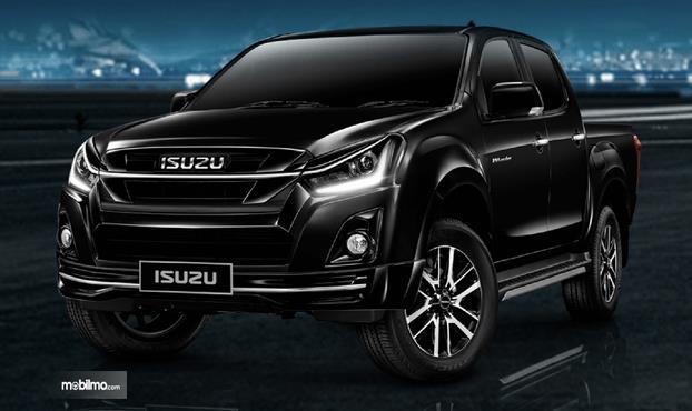 Gambar ini menunjukkan mobil Isuzu D-Max 2019 warna hitam tampak bagian depan