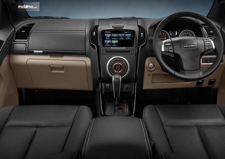Gambar ini menunjukkan dashboard mobil Isuzu D-Max 2019 dan kemudi
