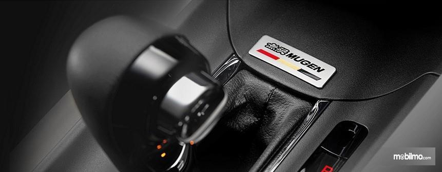 Foto menunjukkan Emblem Mugen pada Honda HR-V 1.5 Mugen Edition