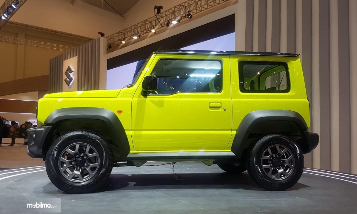 Foto menunjukkan Suzuki Jimny dari arah samping terlihat kompak
