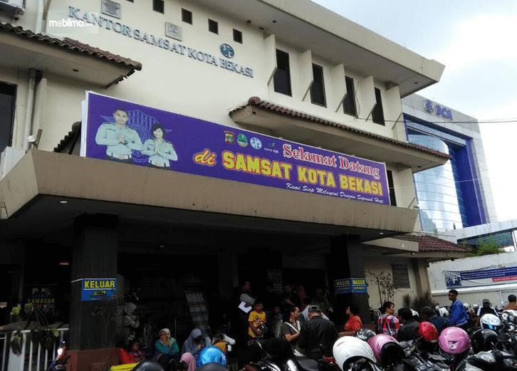 Gambar ini menunjukkan bagian depan kantor Samsat Bekasi