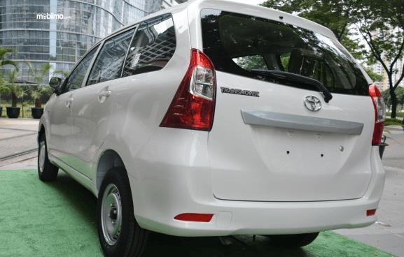 Gambar ini menunjukkan mobil Toyota Avanza Transmover 2016 tampak bagian belakang