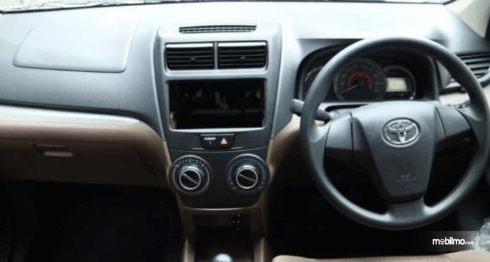 Gambar ini menunjukkan dashboard mobil Toyota Avanza Transmover 2016