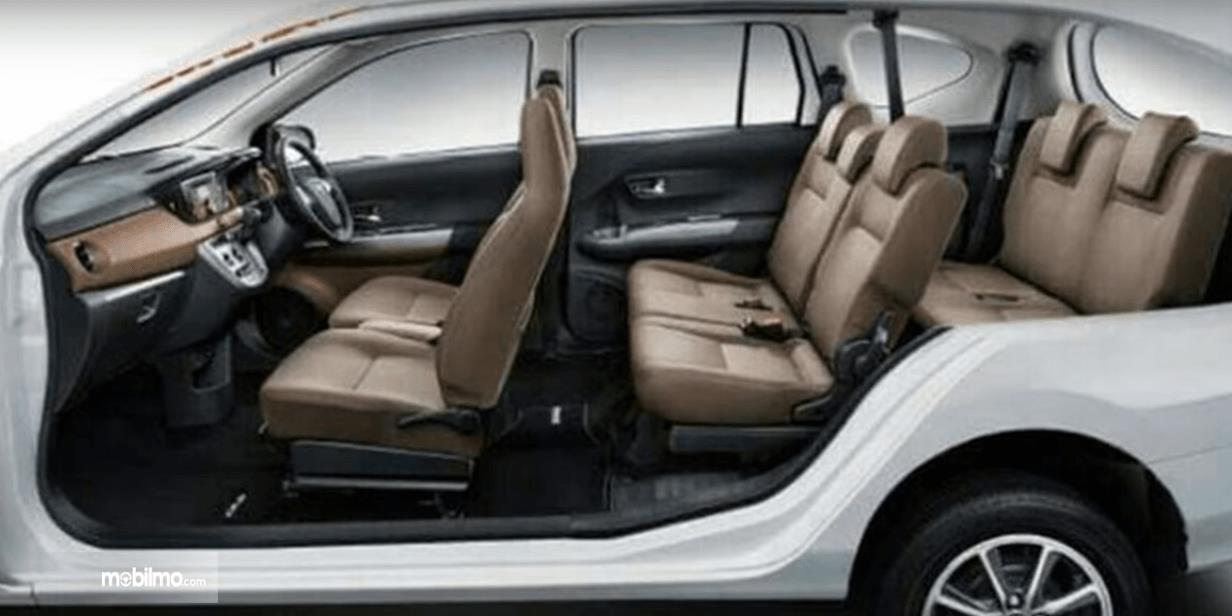 Gambar ini menunjukkan interior Toyota Avanza Transmover 2016 tampak dari arah samping