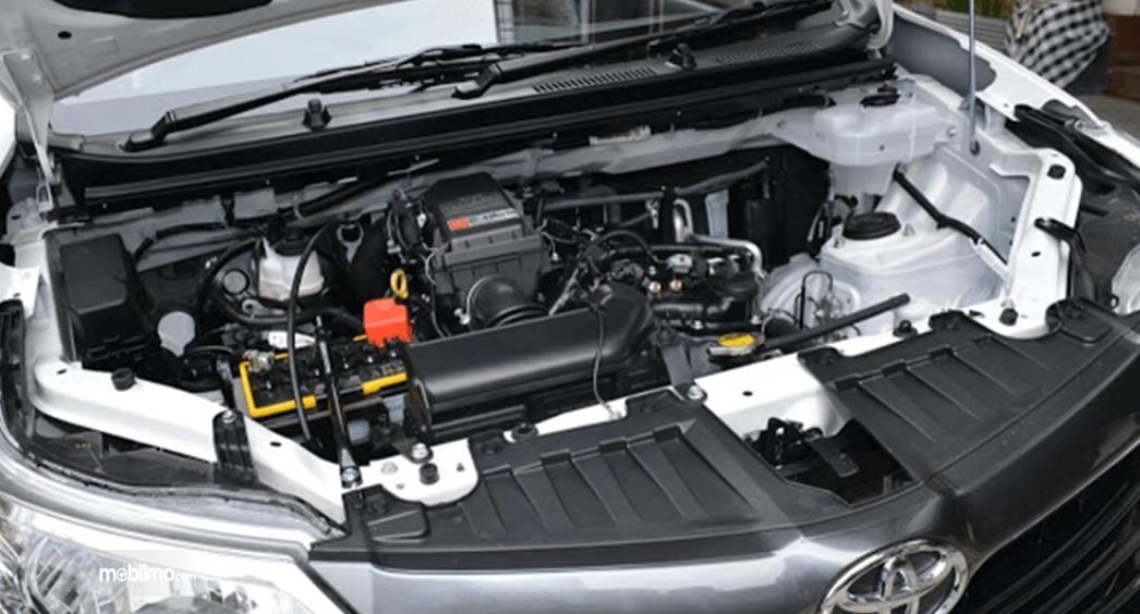 Gambar ini menunjukkan mesin mobil Toyota Avanza Transmover 2016