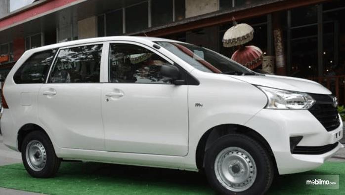 Gambar ini menunjukkan mobil Toyota Avanza Transmover 2016 warna putih tampak bagian samping kanan