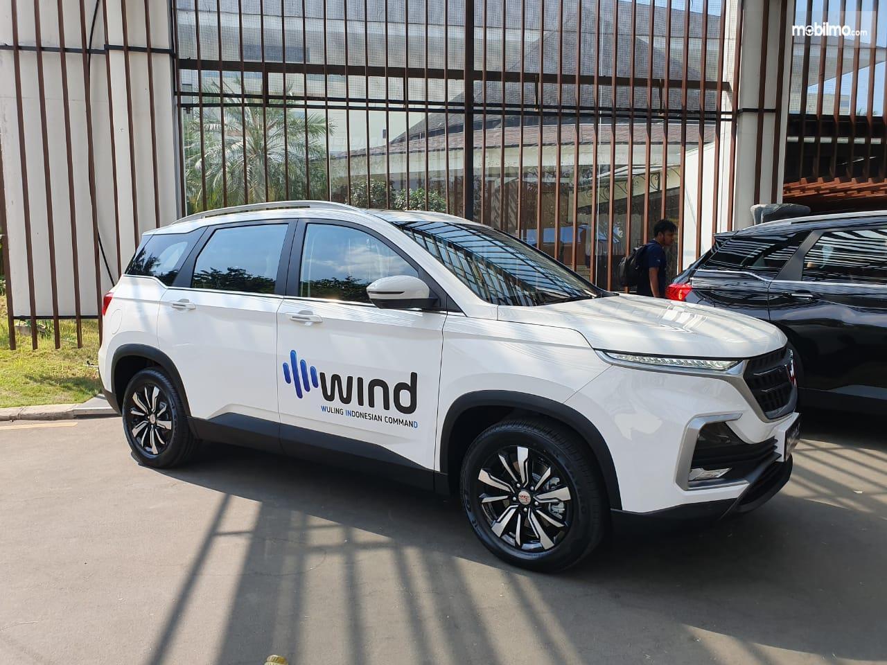 Foto menunjukkan Wuling Almaz 7 seater yang sudah dilengkapi fitur WIND