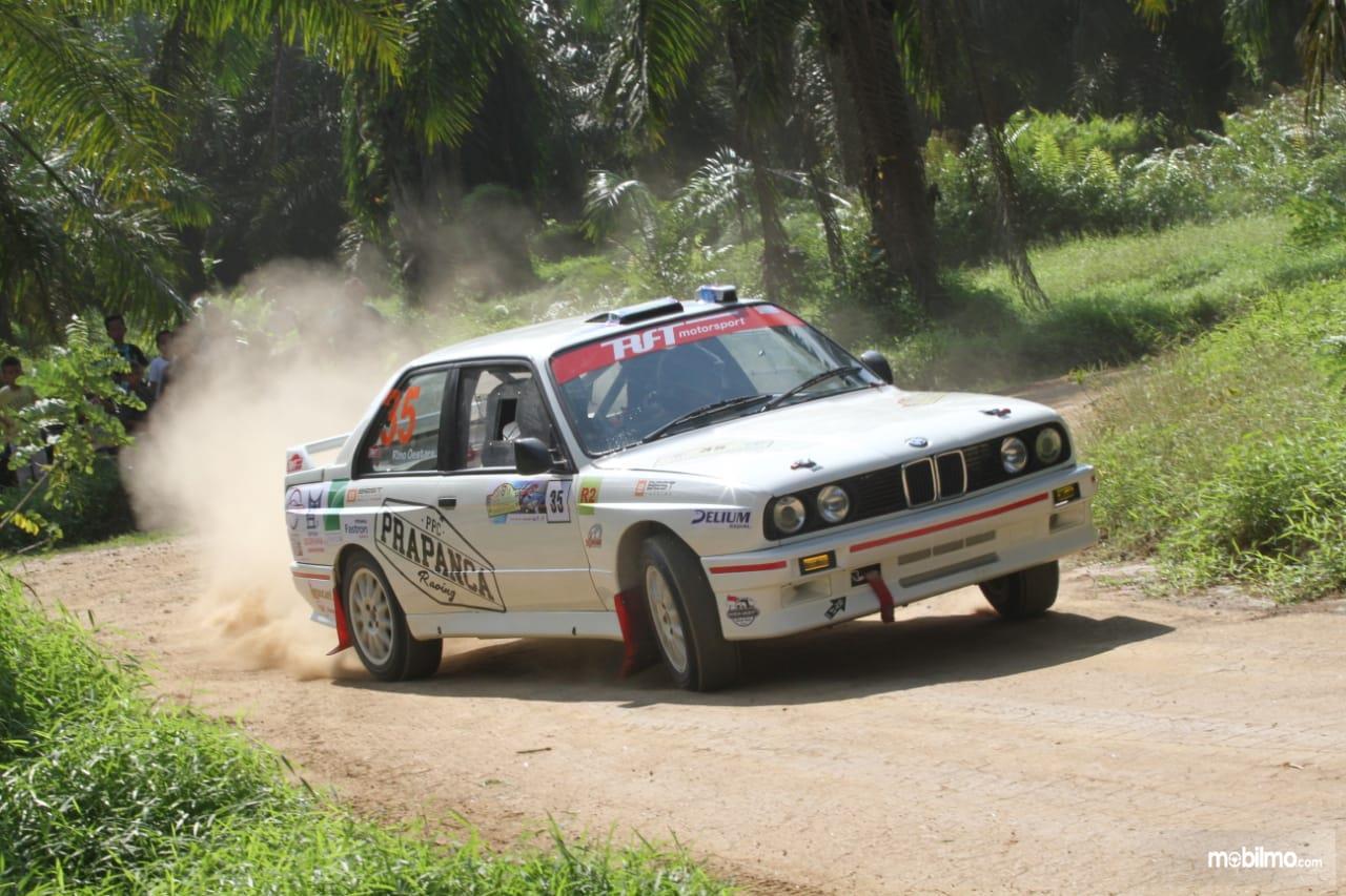 Mobil BMW E30 Rally berwarna putih