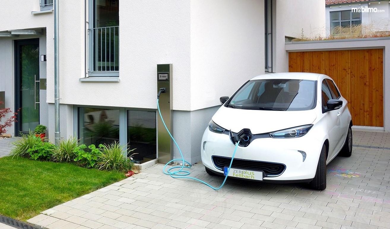 Foto mobil listrik sedang isi ulang daya baterai