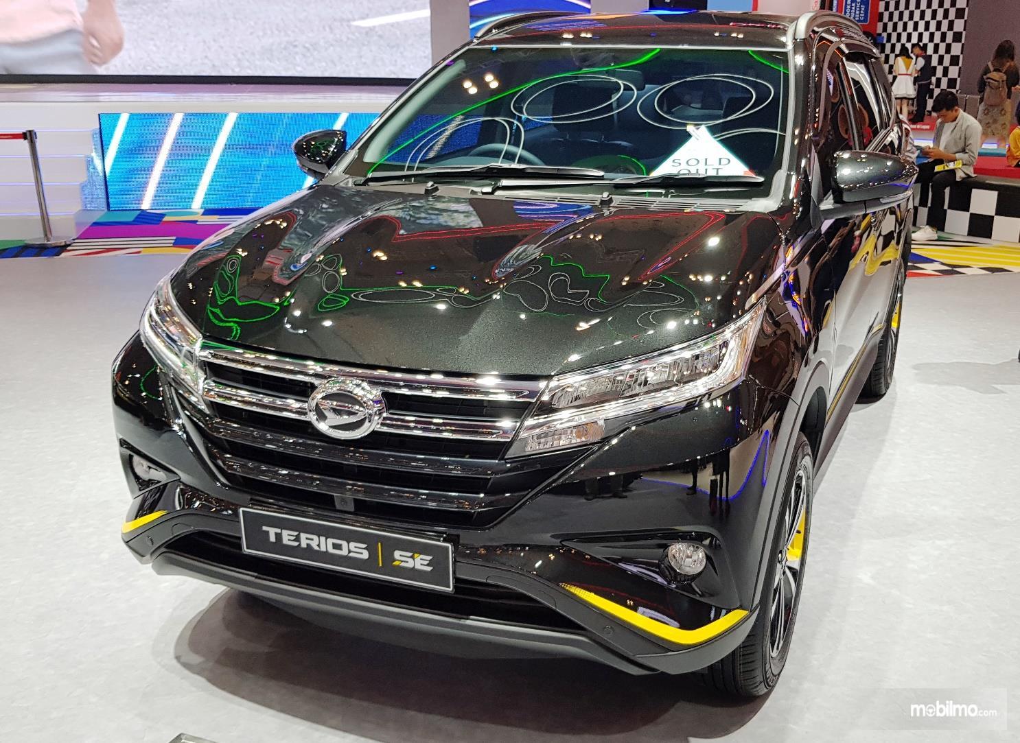Tampak tampilan depan Daihatsu Terios SE A/T 2019 berwarna hitam