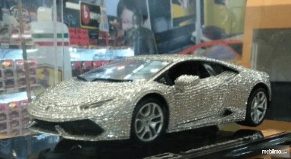 Gambar ini menunjukkan mobil Lamborghini Huracantampak depan dan samping kiri
