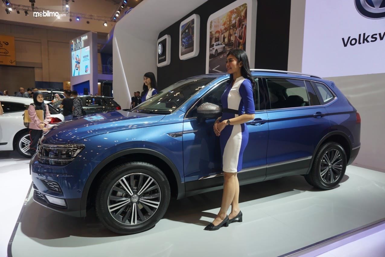Foto VW Tiguan Allspace di pameran GIIAS 2019, dari arah samping terlihat compact