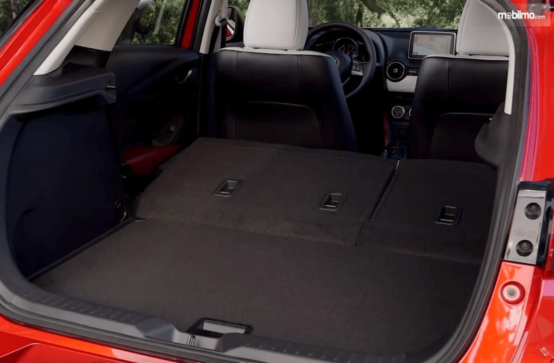 Gambar ini menunjukkan bagasi mobil Mazda CX-3 2016
