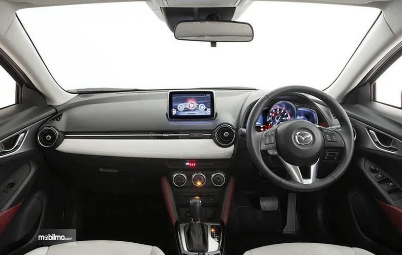 Gambar ini menunjukkan bagian dashboard dan kemudi mobil Mazda CX-3 2016