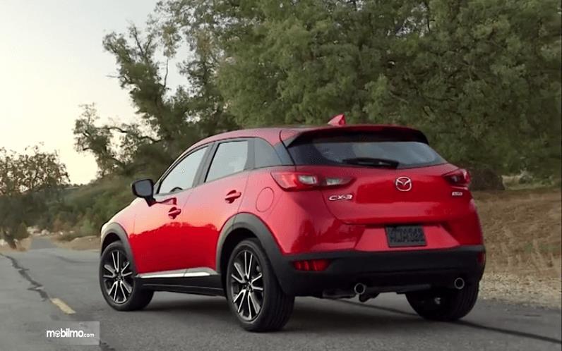 Gambar ini menunjukkan mobil Mazda CX-3 2016 warna merah tampak belakang