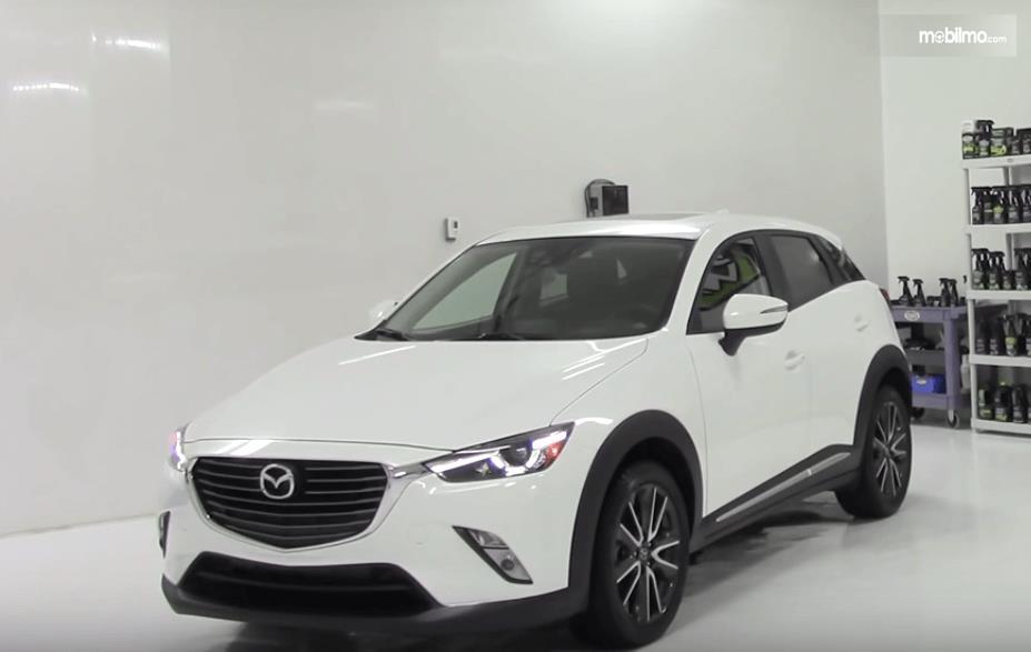 Gambar ini menunjukkan mobil Mazda CX-3 2016 warna putih tampak bagian depan