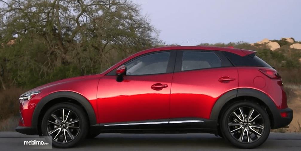Gambar ini menunjukkan bagian samping Mazda CX-3 2016