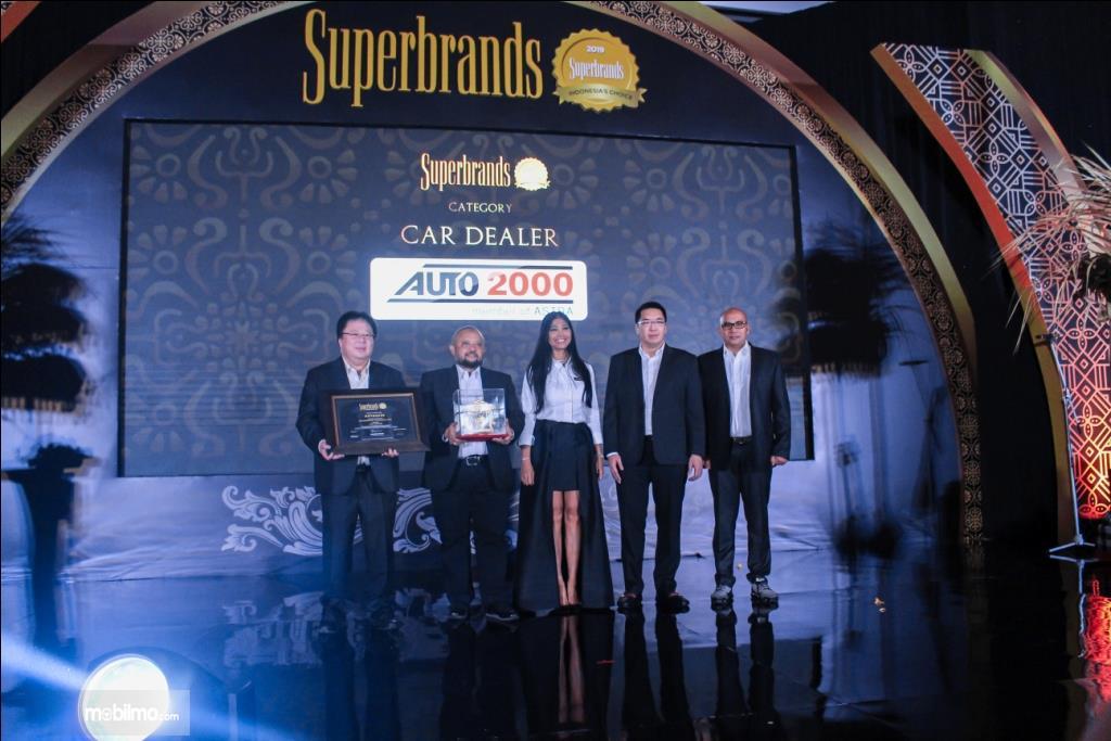 Penyerahan penghargaan Superbrand 2019 kepada Auto2000