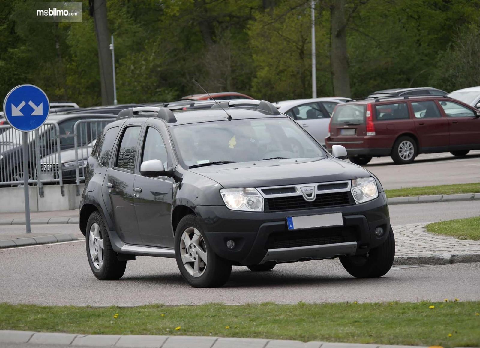 Foto menunjukkan Dacia Duster yang diproduksi tahun 2010