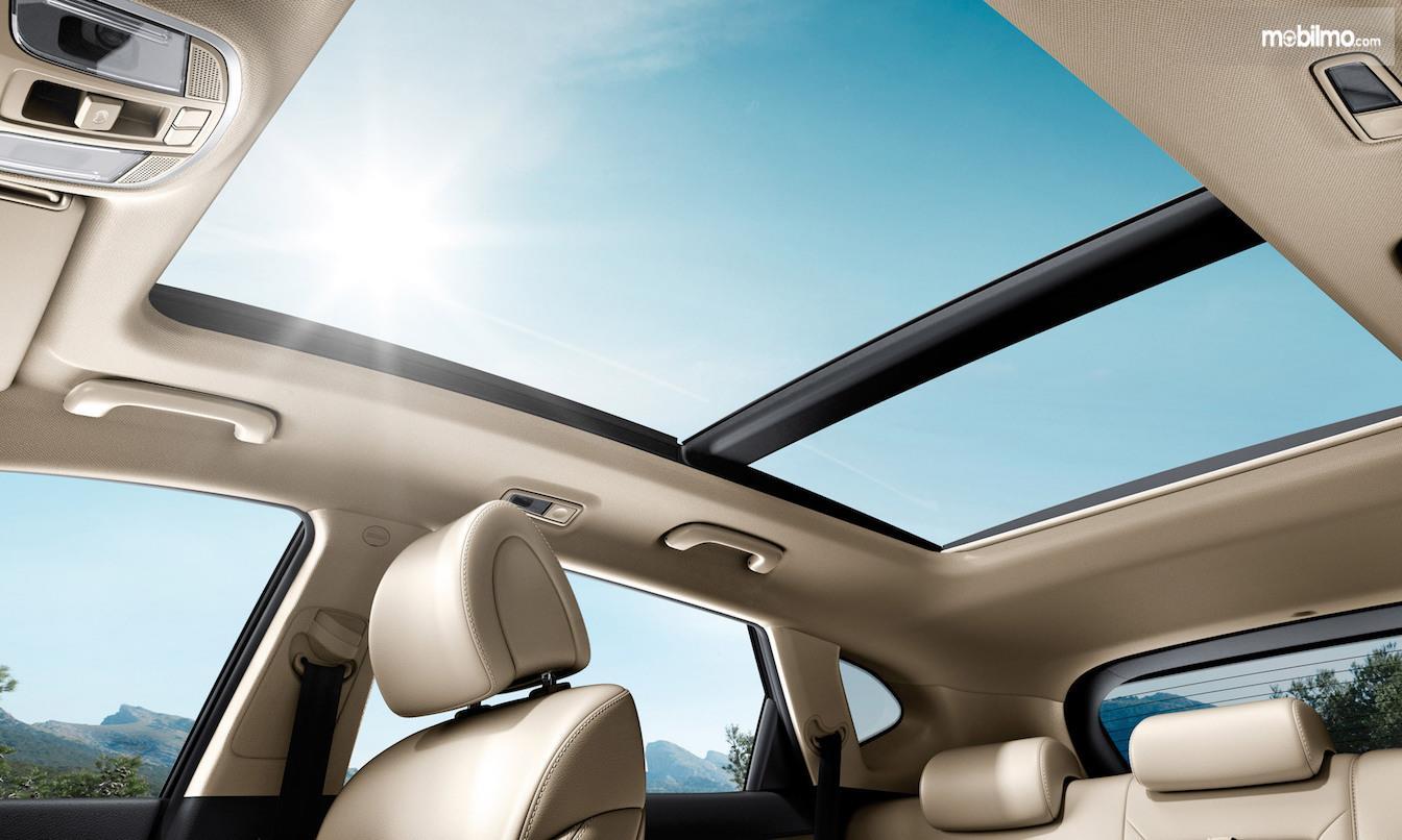Foto Panoramic sunroof Hyundai Tucson dari dalam mobil