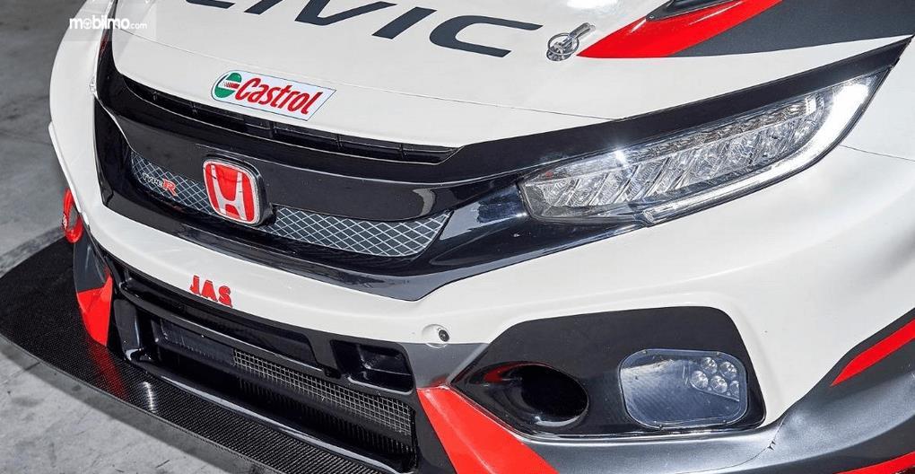 Gambar ini menunjukkan bagian depan mobil Honda Civic Type-R TCR 2018