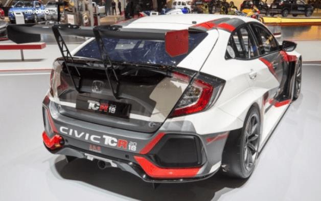 Gambar ini menunjukkan bagian belakang mobil Honda Civic Type-R TCR 2018