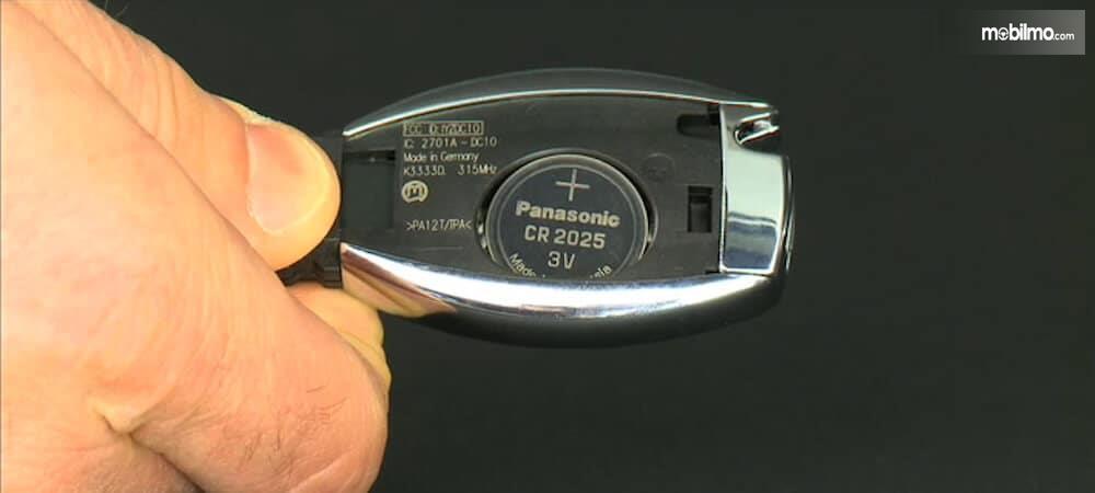 Mengganti baterai remote mobil