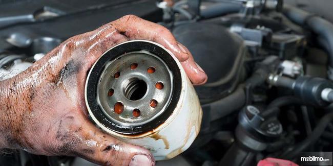Mengganti filter oli yang kotor