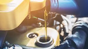 Menuangkan oli baru ke mesin