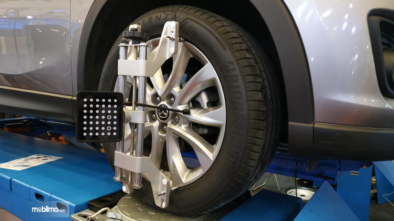 Gambar Menunjukkan Mazda CX5 sedang Spooring