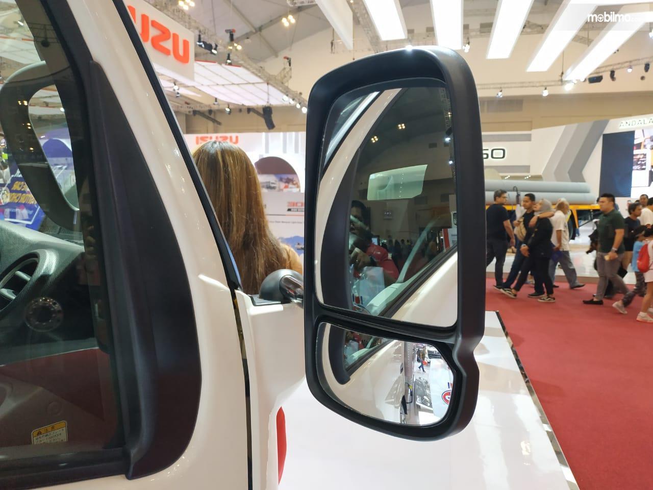 Gambar Menunjukkan Kaca Spion Bertingkat Hino Hybrid