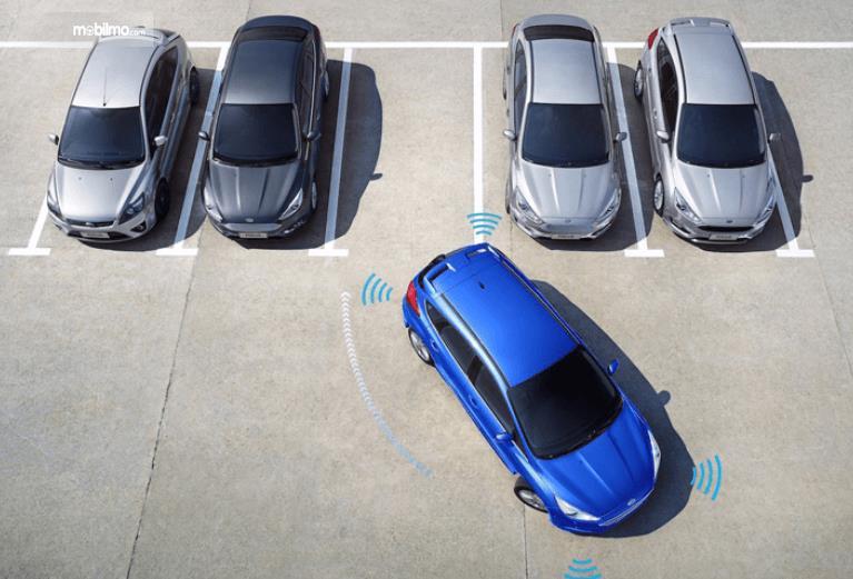 Foto menunjukkan pengemudi sedang memundurkan mobil di tempat parkir