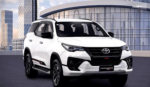 Gambar ini menunjukkan Toyota Fortuner tampak bagian depan