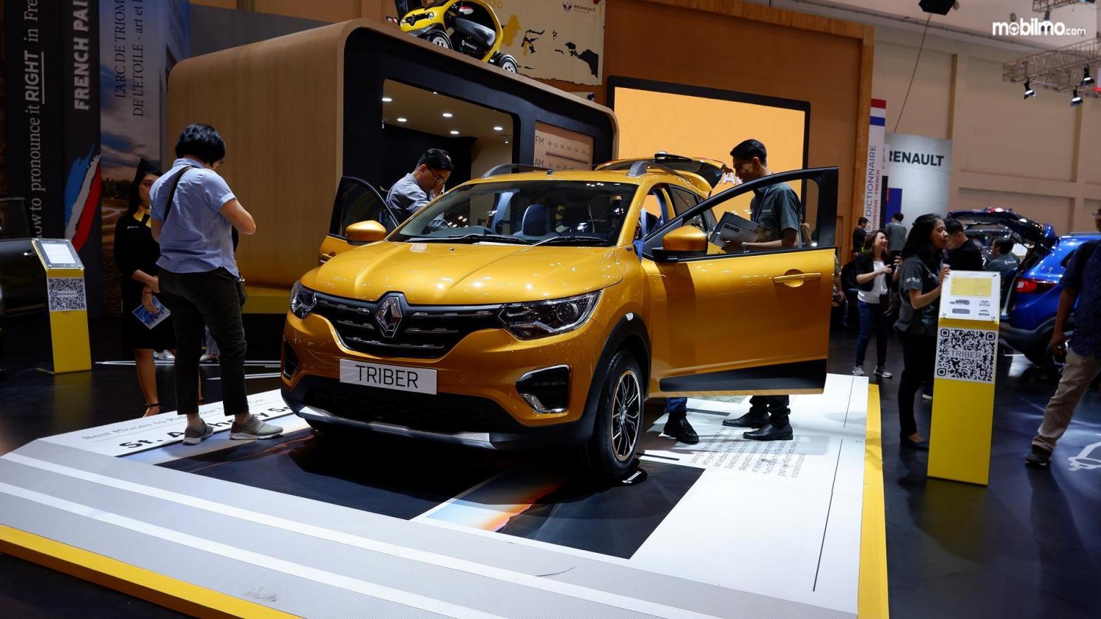 Foto menunjukkan Renault Triber jadi perhatian pengunjung GIIAS 2019