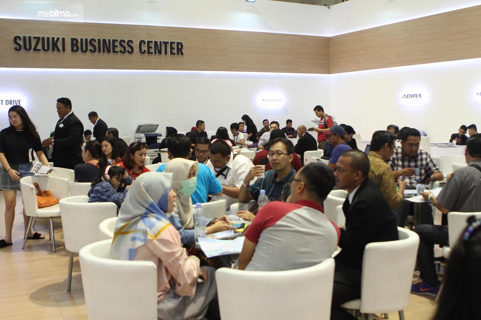 Foto menunjukkan Suasana pelayanan di booth Suzuki di GIIAS 2019