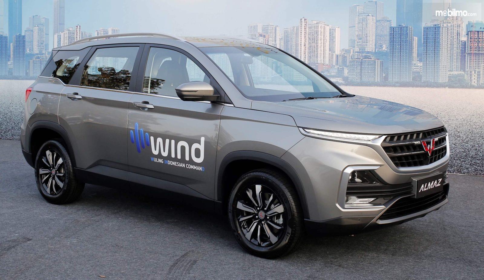 Foto menunjukkan Wuling Almaz 7 seater yang sudah dilengkapi teknologi perintah suara berbahasa Indonesia, WIND