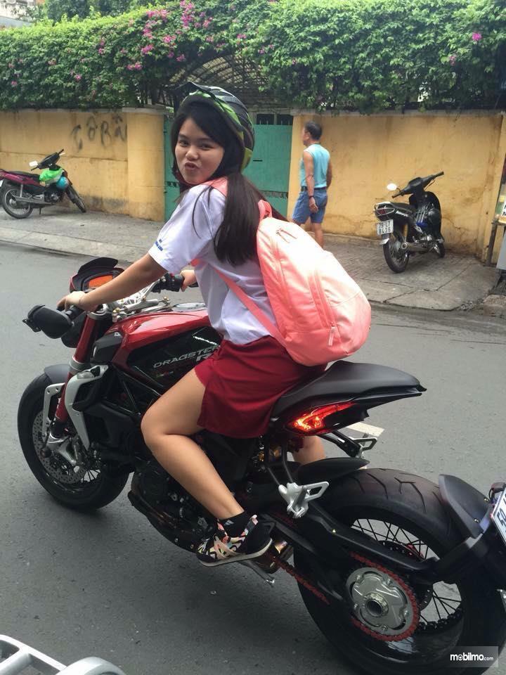 Foto anak perempuan masih SD berangkat sekolah naik motor gede